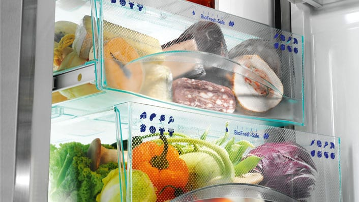 Перфектно организиране на храната в хладилника: в чекмеджето DrySafe може да съхранявате сирене, месо и риба, докато в HydroSafe може да държите плодовете и зеленчуците.