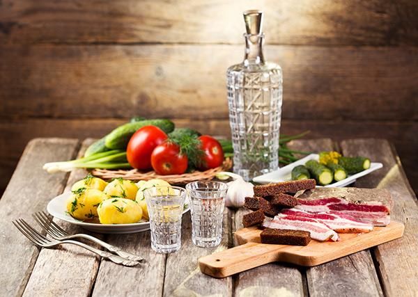 Защо слагаме водката в хладилника, но не и уискито?