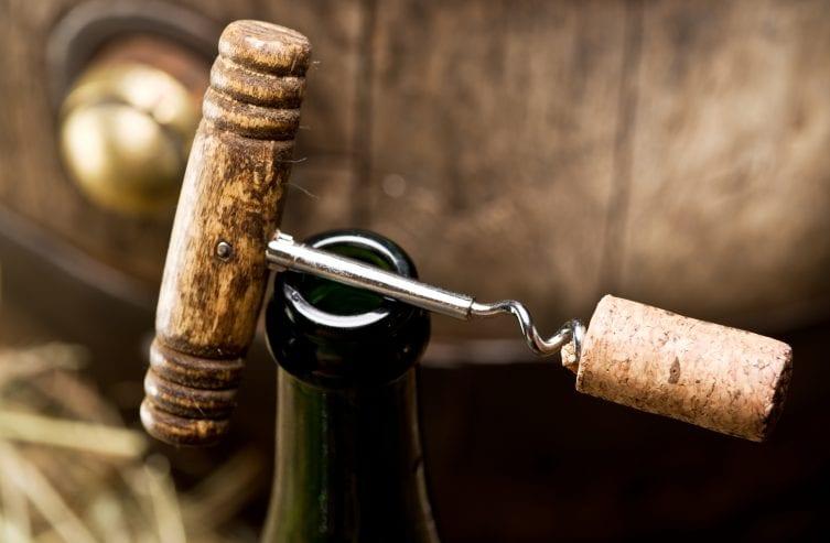 Öffnen einer Weinflasche mit Korkenzieher