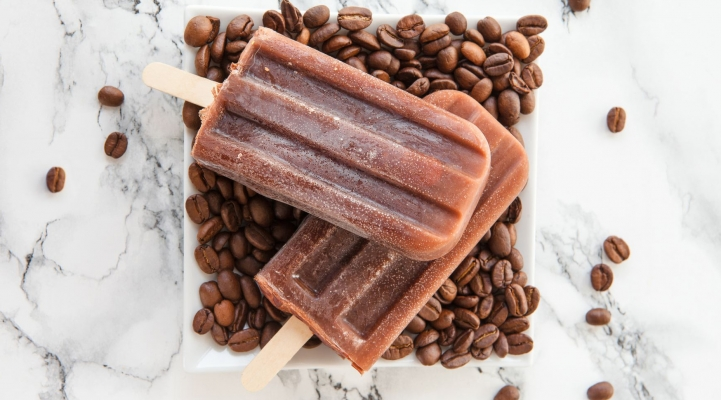 eisgekühlt kaffee popsicles auf einer teller von bohnen