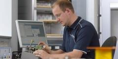 Elektroniker bei der Entwicklungsarbeit