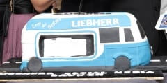 Liebherr, Bus, Vertrieb, Geschichte, Deutschland, Kühlschrank, Mercedes Benz L 319, Kleintransporter, Modell, Marketing, Historie, Fahrendes Schaufenster, Social Media, Asien, Kuchen, Torte