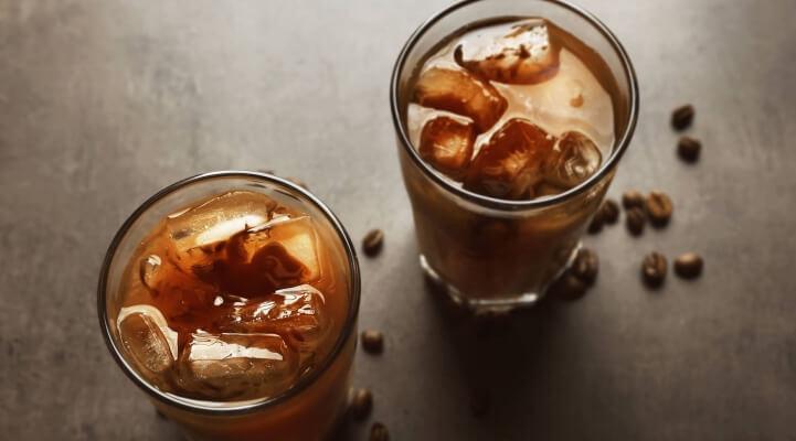 Eiskaffee und geröstete Bohnen