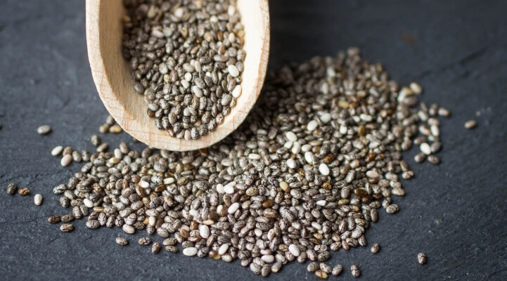 Chia Samen mit Holzlöffel