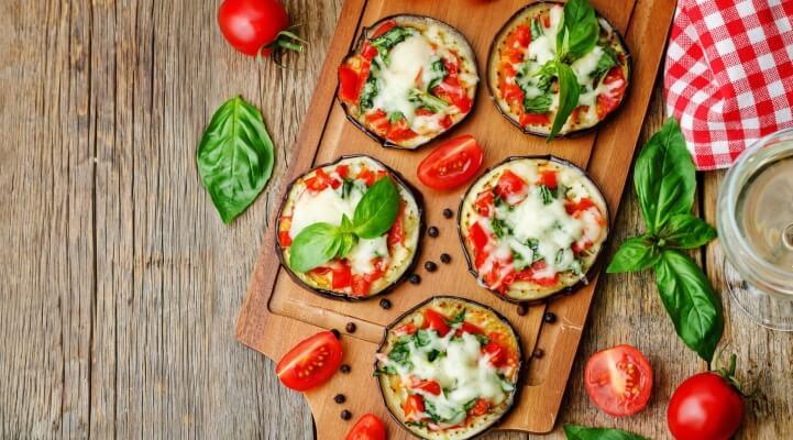 Pizza Auberginen mit Tomaten und Basilikum
