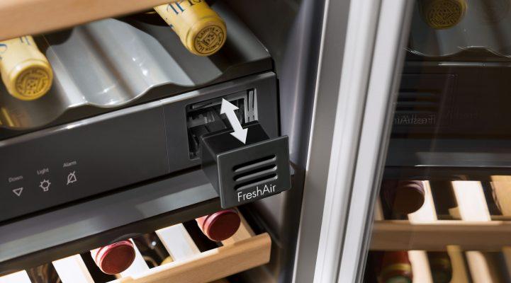 Всі винні шафи Liebherr оснащені вбудованим фільтром з активованим вугіллям FreshAir для оптимального зберігання вин