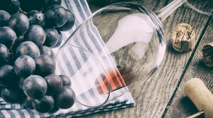 Як позбутися плям від червоного вина?