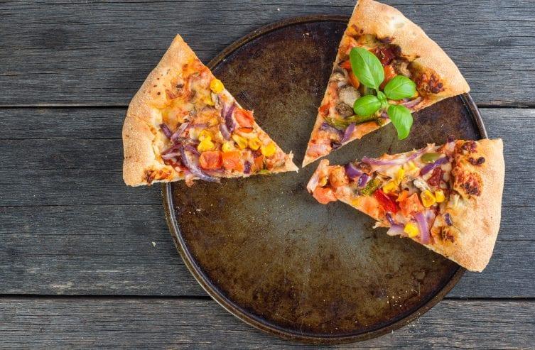 Reste der hausgemachte vegetarische Pizza von oben