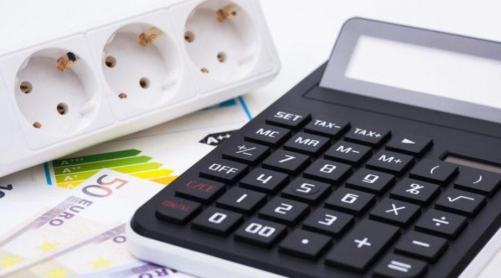 Stromdose Geld und Taschenrechner